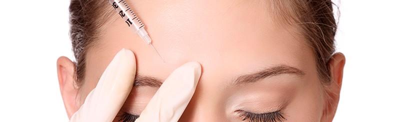 Paciente inyectándose botox.