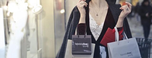 Chica de compras por ciudad.