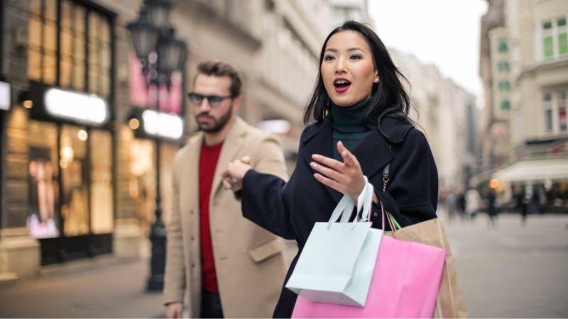 Imagen de mujer con esposo comprando.